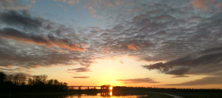 Sonnenuntergang über der A29 Huntebrücke